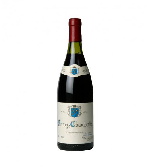 Бутылка вина на белом фоне